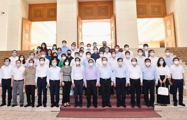 Thủ tướng Phạm Minh Chính cùng các đại biểu tham dự cuộc gặp mặt. Ảnh: VGP/Nhật Bắc.