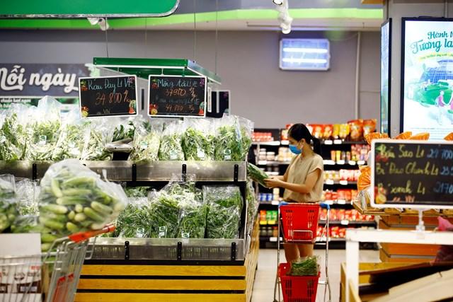 Khách hàng mua sắm tại siêu thị khi chợ truyền thống tại nhiều địa phương đóng cửa.