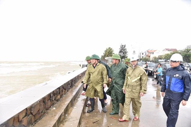Phó Thủ tướng Trịnh Đình Dũng kiểm tra bờ kè tại đường Nguyễn Tất Thành, TP Đà Nẵng. Ảnh: VGP/Nhật Bắc.