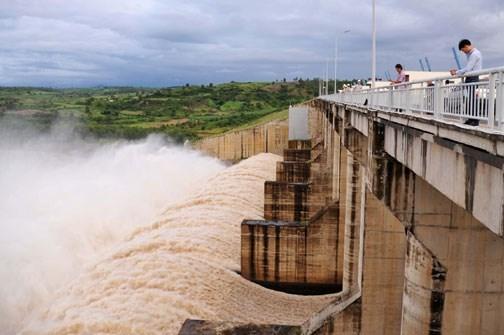 Thủy điện Sông Ba Hạ (Phú Yên) chạy máy và xả lũ.