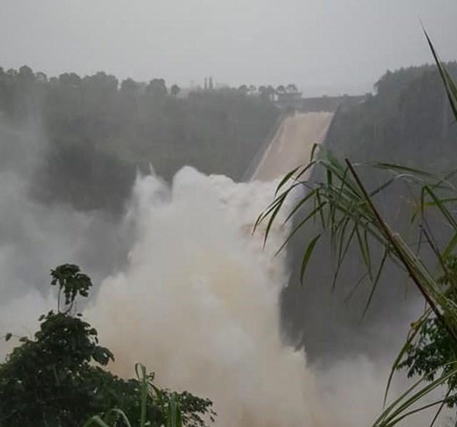 Thủy điện Quảng Trị xả lũ điều tiết nước. Ảnh: Dân Trí.