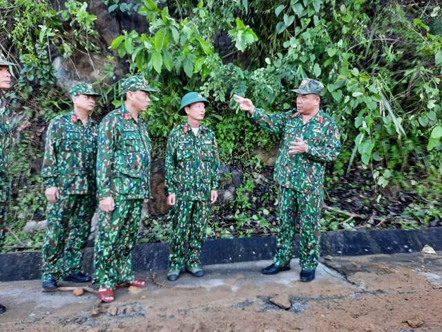 Trung tướng Nguyễn Long Cáng, Tư lệnh Quân khu 5 trực tiếp chỉ huy lực lượng quân sự xử lý các điểm sạt lở trên đường vào Trà Leng. Ảnh: Báo Quảng Nam.