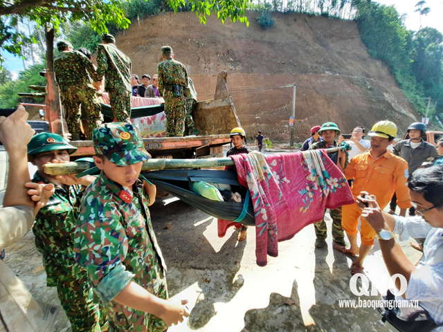 Bộ đội đưa người bị nạn đi cấp cứu. Ảnh: Báo Quảng Nam.