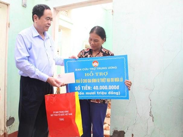Chủ tịch UBTƯ MTTQ Việt Nam thăm hỏi, hỗ trợ gia đình bà Nhẫn.