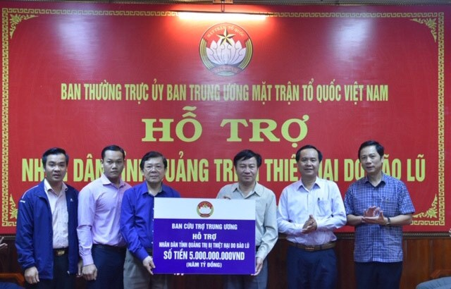 Phó Chủ tịch Nguyễn Hữu Dũng trao hỗ trợ cho tỉnh Quảng Trị.