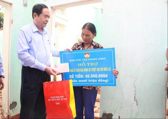 Chủ tịch Trần Thanh Mẫn trao hỗ trợ xây dựng nhà Đại đoàn kết cho bà Nguyễn Thị Nhẫn.