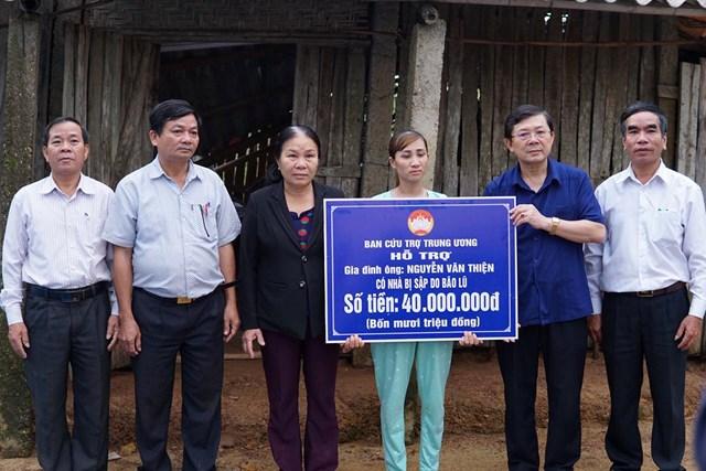 Phó Chủ tịch Nguyễn Hữu Dũng trao hỗ trợ nhà Đại đoàn kết cho một gia đình tại Thừa Thiên - Huế bị sập nhà do bão lũ.