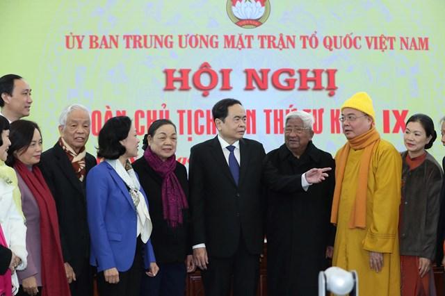 Chủ tịch Trần Thanh Mẫn trao đổi với các đại biểu tại Hội nghị.