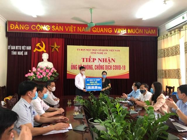 Lãnh đạo MTTQ tỉnh Nghệ An tiếp nhận sự ủng hộ của các tổ chức, cá nhân cho công tác phòng chống dịch Covid-19.