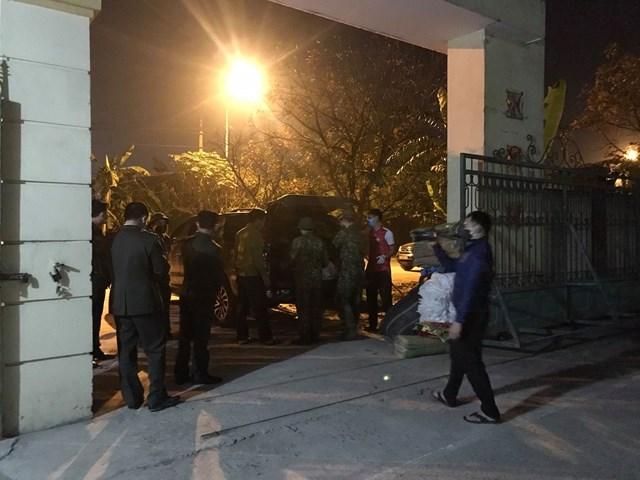 Ngay sau đó, nhóm người này được đưa về Trung tâm Y tế huyện Hưng Nguyên để kiểm tra, thực hiện cách ly theo quy định.