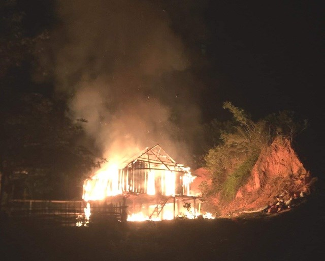 Hơn 3 tiếng sau, ngọn lửa được khống chế, nhưng căn nhà đã bị thiêu rụi