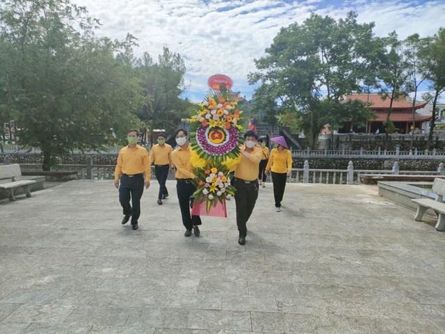 Đoàn công tác Ủy ban MTTQ Việt Nam tỉnh Nghệ An dâng hoa, dâng hương tại Nghĩa trang Quốc tế Việt Lào.