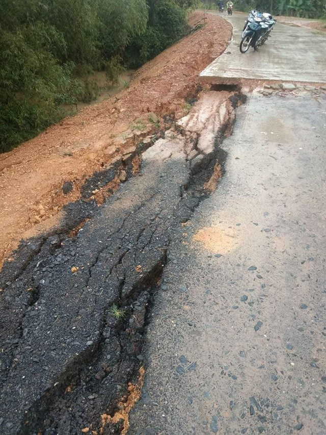 Tuyến đường liên xã tại xã Ngọc Sơn, huyện Thanh Chương bị sạt lở nghiêm trọng.
