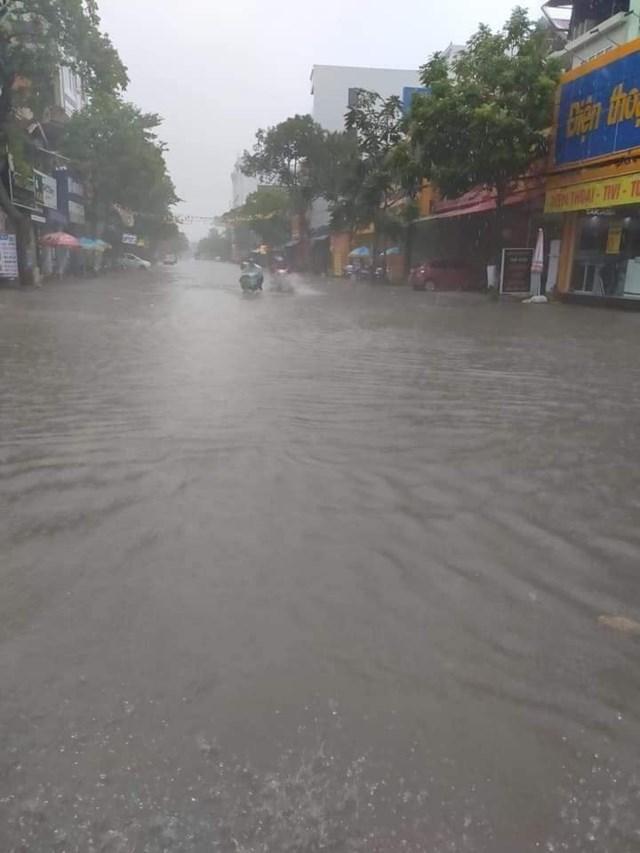 Mưa xối xả từ trưa ngày 29/10, trung tâm thị trấn huyện Đô Lương ngập sâu từ 30-60 cm.