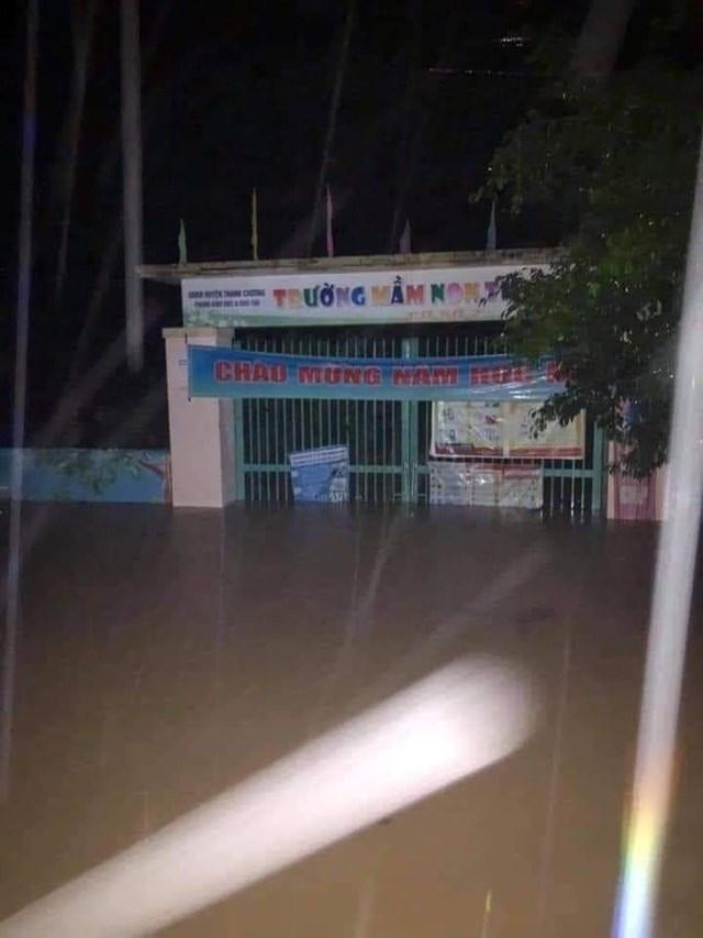 Nghệ An: Nhà ngập tới nóc, dân chạy lũ xuyên đêm - Ảnh 3