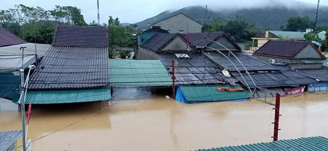 Nghệ An: Nhà ngập tới nóc, dân chạy lũ xuyên đêm - Ảnh 4