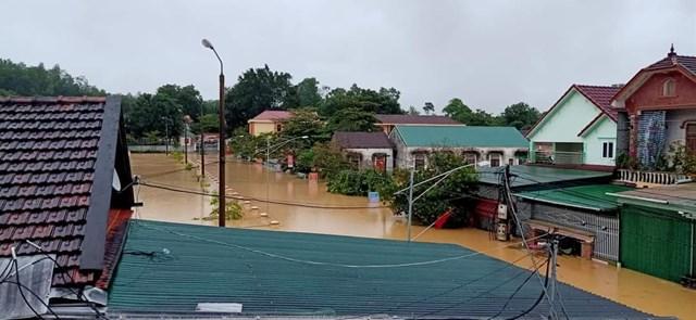 Xã Thanh Mỹ, huyện Thanh Chương ngập nặng, nhiều nhà dân đã ngập đến mái.