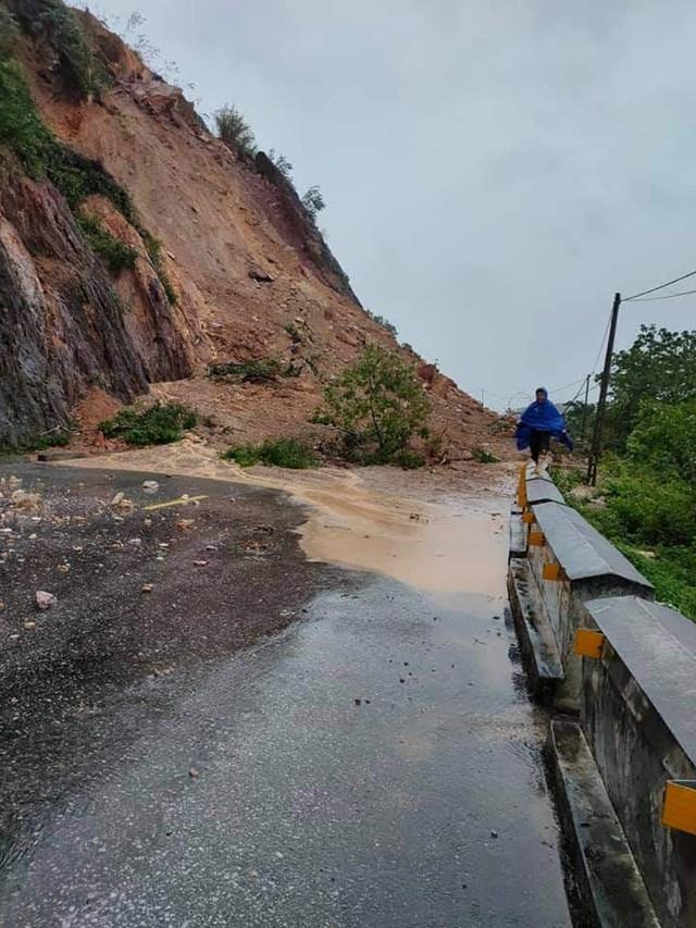 Rú Nguộc đoạn qua xã Ngọc Sơn, huyện Thanh Chương đã bị sạt lở, khiến QL46A bị ách tắc.