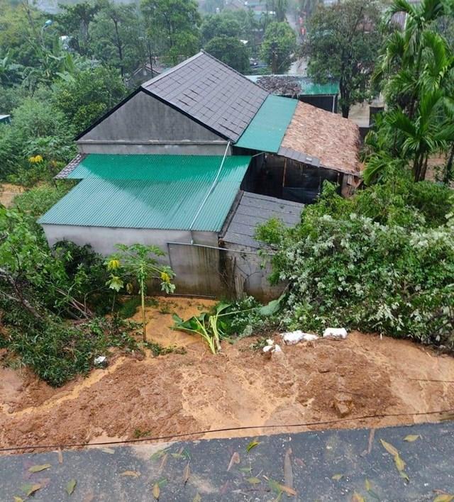 Ngôi nhà bà Trung tại xã Hội Sơn, huyện Anh Sơn bị đất đá sạt lở vào nhà, tuy nhiên không có thiệt hại về người.