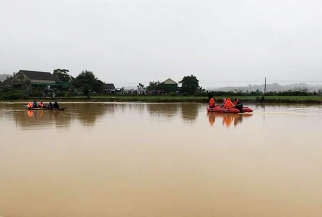 Lực lượng chức năng tìm kiếm thi thể nạn nhân bị lũ cuối trôi tại huyện Nam Đàn.