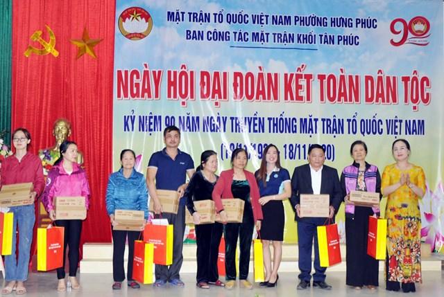 Dịp này, Ủy ban MTTQ tỉnh Nghệ An cũng tặng 10 suất quà cho các gia đình khó khăn.