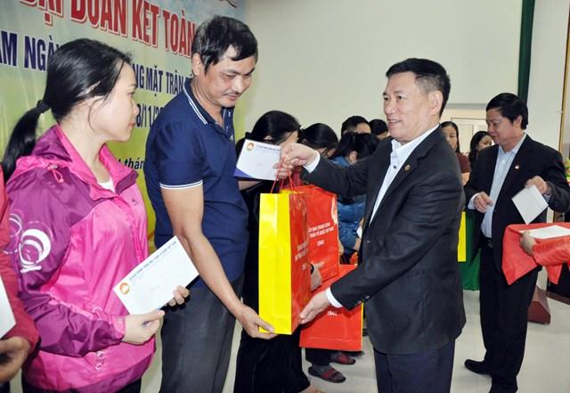 Tổng kiếm toán Nhà nước Hồ Đức Phớc và ông Vũ Dương Châu - Trưởng Ban Dân tộc Ủy ban Trung ương MTTQ Việt Nam trao quà cho các gia đình hộ nghèo
