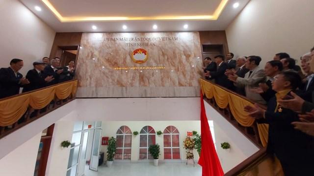 Lãnh đạo Ủy ban MTTQ tỉnh Nghệ An cùng các cán bộ Mặt trận qua các thời kỳ kéo băng khánh thành Phòng truyền thống MTTQ tỉnh Nghệ An.