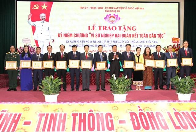 Trao kỷ niệm chương vì sự nghiệp Đại Đoàn kết cho nhiều lãnh đạo chủ chốt tỉnh Nghệ An