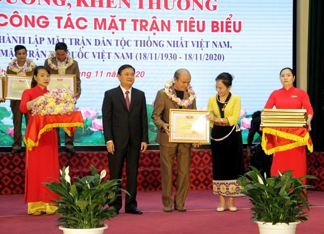 Tặng Bằng khen cho 90 Trưởng ban CTMT tiêu biểu trong công tác Mặt trận