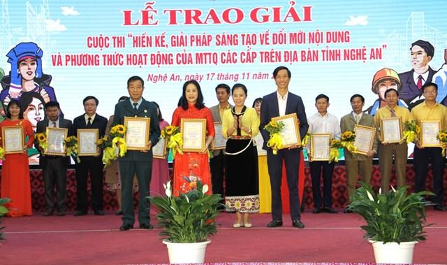 """Bà Võ Thị Minh Sinh - Chủ tịch Ủy ban MTTQ Việt Nam tỉnh Nghệ An trao cho các tác giải đạt giải Nhì (không có giải Nhất) cho các tác giả trong cuộc thi """"Hiến kế, giải pháp sáng tạo về đổi mới nội dung và phương thức hoạt động của MTTQ các cấp trên địa bàn tỉnh Nghệ An""""."""