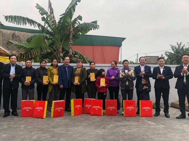 Trao quà cho 10 hộ dân bị ảnh hưởng do bão lũ tại xã Hưng Tây, huyện Hung Nguyên.