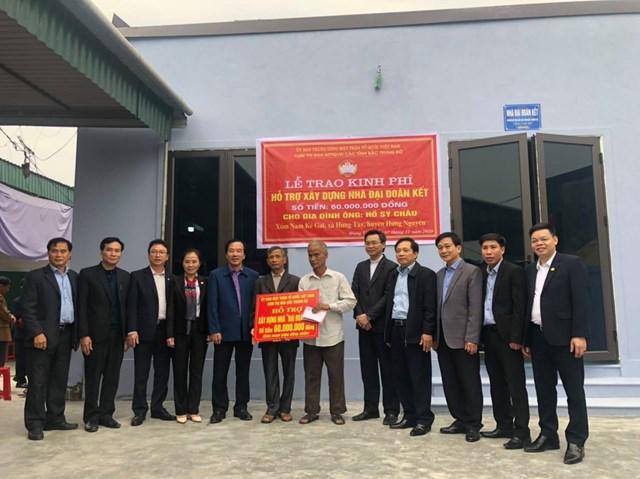 Trao nhà Đại đoàn kết cho gia đình ông Hồ Sỹ Châu trú tại xóm Kẻ Gia, xã Hưng Tây, huyện Hưng Nguyên.