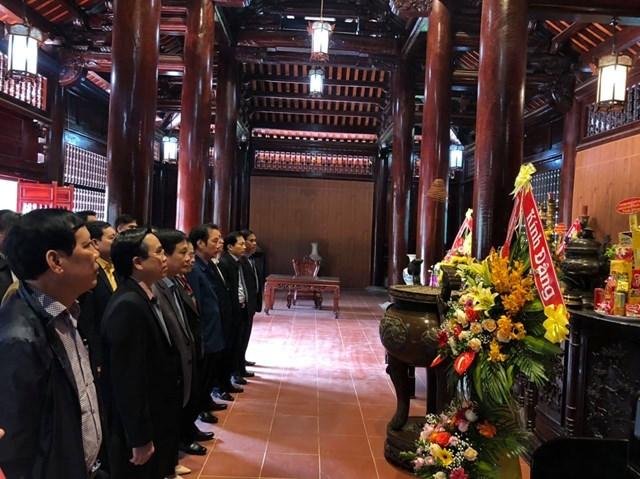 Dâng hương, dâng hoa tại đền Chung Sơn - đền thờ gia tiên Chủ tịch Hồ Chí Minh tại núi Chung, xã Kim Liên, huyện Nam Đàn, tỉnh Nghệ An.