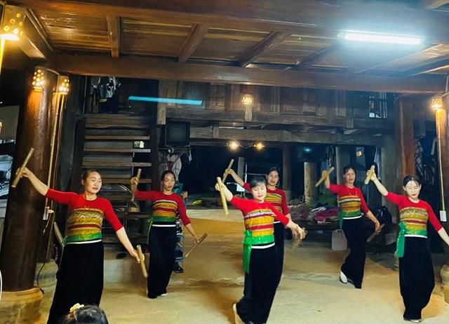 Đội văn nghệ Hoa Núi biểu diễn phục vụ du khách miễn phítại homestay Trung Nhay, Thôn Báng xã Thành Sơn.