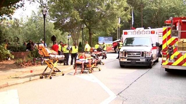Các đội khẩn cấp cứu người tại khu chung cư ở Dunwoody, Georgia Ảnh: CNN.