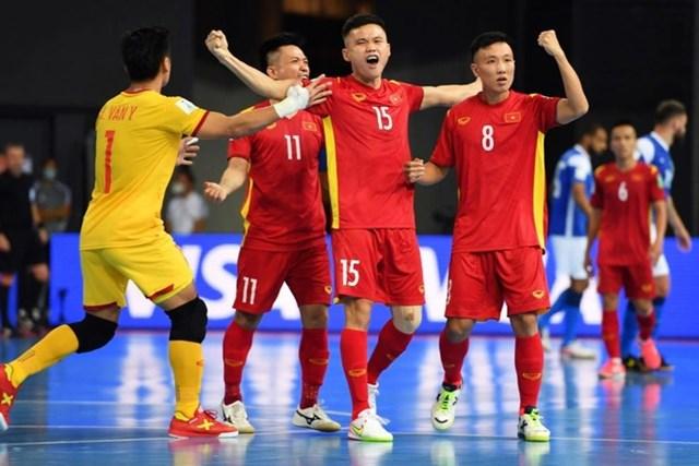 Đình Hùng ghi bàn danh dự cho tuyển Việt Nam trước Brazil.