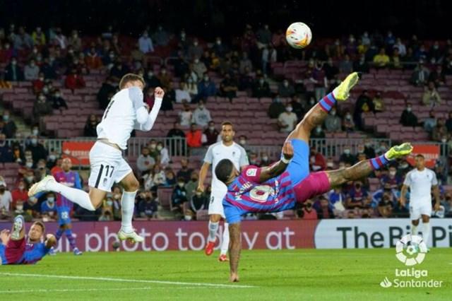 Hàng công Barca với Memphis Depay đá từ đầu và De Jong (góc trái) vào sân từ hiệp hai hoàn toàn vô dụng khi tiếp Granada tại Camp Nou hôm 20/9. Ảnh:La Liga.