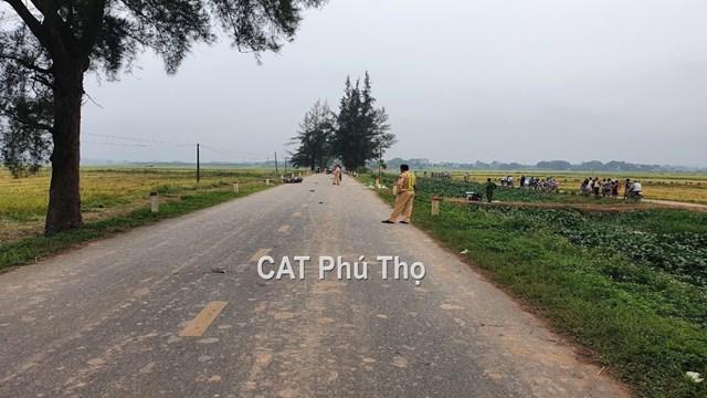Cảnh sát giao thông Công an huyện Cẩm Khê xử lý hiện trường tai nạn.