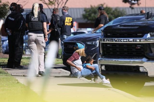 Lực lượng chức năng ứng phó khẩn cấp tại siêu thị Kroger ở ngoại ô Memphis, Tennessee. Ảnh Reuters.