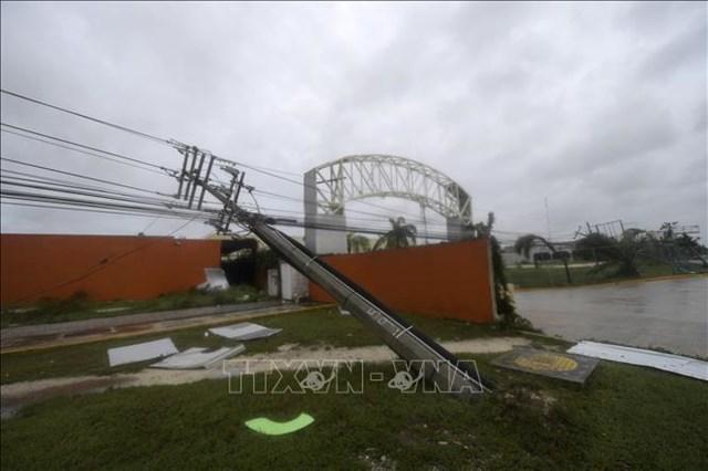 Một cột điện bị gió quật đổ khi bão Delta đổ bộ vào bang Quintana Roo, Mexico ngày 7/10/2020. Ảnh tư liệu: AFP/TTXVN.