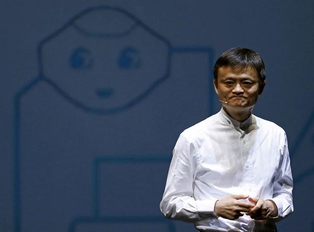 Tỷ phú Jack Ma phát biểu trước bức ảnh robot giống con người của SoftBank có tên 'hạt tiêu' trong một cuộc họp báo tại Chiba, Nhật Bản. Ảnh Reuters.