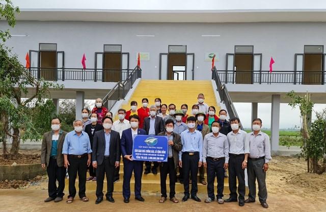 Tập đoàn Trường Thịnh bàn giao nhà tránh bão,lũ cộng đồng cho thôn Hữu Tân.
