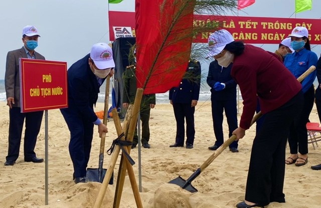 Phó Chủ tịch nước Đặng Thị Ngọc Thịnh trồng cây tại lễ phát động.