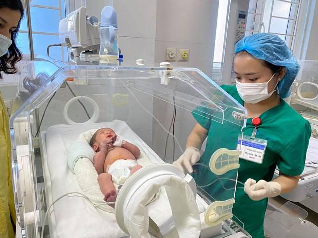 Cháu bé sơ sinh 2 ngày tuổi hiện đang được chăm sóc tại bệnh viện.