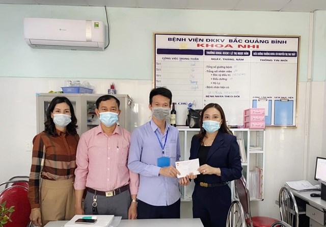 Đại diện lãnh đạo Ủy ban MTTQ Việt Nam thị xã Ba Đồn thăm và hỗ trợ cháu bé.