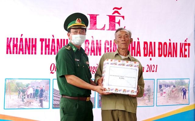 Đại diện Bộ chỉ huy BĐBP tỉnh Quảng Bình tặng quà cho ông Ngô Văn Luận.