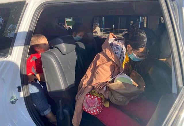 Thuê ô tô để chở gia đình anh Xò về quê.