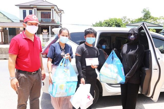 Hội Chữ Thập đỏ tỉnh Quảng Bình và các nhóm thiện nguyện đã hỗ trợ gia đình anh Xò.