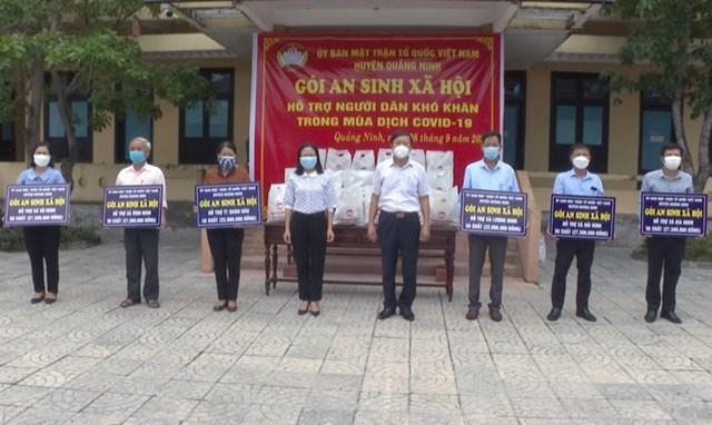 Mặt trận huyện Quảng Ninh trao biển tượng trưng gói an sinh cho các địa phương.