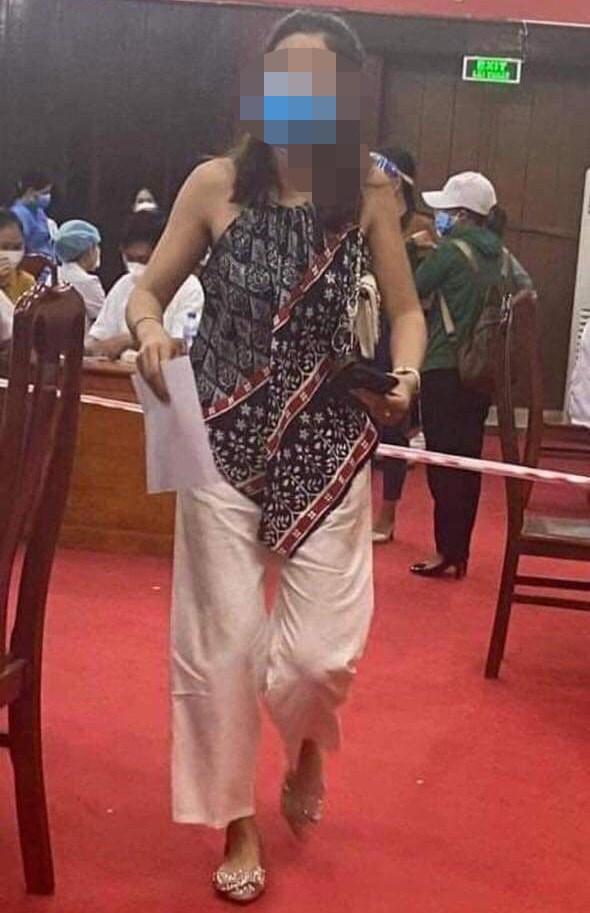 Cô L. lúc đi tiêm vaccine tại Bệnh viện Đa khoa huyện Lệ Thủy. (Hình ảnh do bạn đọc cung cấp).